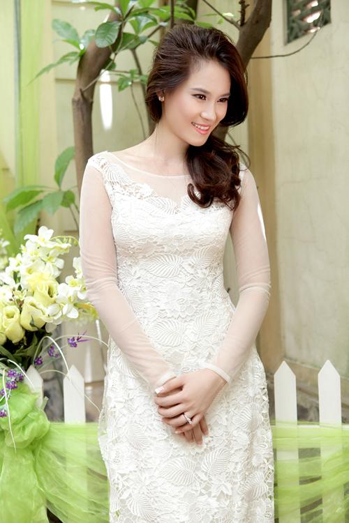 Chiếc áo dài trắng cổ thuyền với họa tiết ren nổi sang trọng