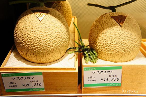 Dưa vàng Yubari có giá 15.750 yên/quả (khoảng 3,4 triệu đồng). Hộp 2 quả có giá 26.250 yên (khoảng 5,6 triệu đồng). Đây được coi là loại quả đắt nhất thế giới.
