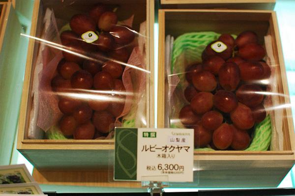 Nho cũng được đóng vào từng hộp đẹp mắt và lịch sự như thế này. Giá mỗi hộp là 6.300 yên (hơn 1,3 triệu đồng).