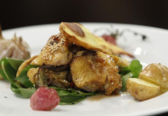 Gà nướng rau củ của Nguyên Giáp vừa lạ miệng, hấp dẫn lại đảm bảo thành phần dinh dưỡng cho người ăn.