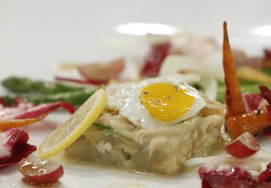Với sự khéo léo của mình, Quốc Trí đã kết hợp thêm trứng ốp la, các loại rau củ làm thành món salad gà rất hấp dẫn.