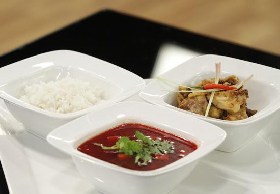 Gà xào sả ớt, gừng của Thanh Hòa tuy đơn giản nhưng lại hấp dẫn người ăn bởi hương vị đậm đà, thơm ngon. Món ăn này được ba vị giám khảo đánh giá xuất sắc nhất.