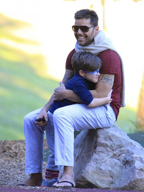 Ca sĩ Ricky Martin đưa các con đi thăm công viên ở Sydney, Australia, hôm 19/5.