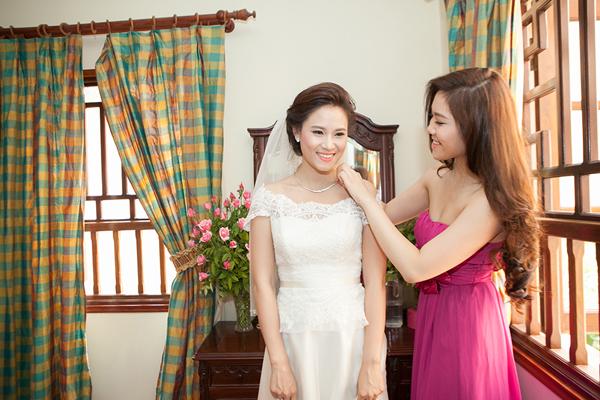 Về trang sức, người đẹp cũng chỉ sử dụng một chiếc dây chuyển mảnh