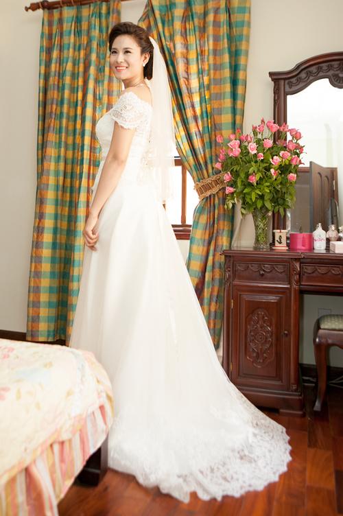 Váy cưới của Vân Anh có phần thân trên bằng vải ren, tạo dáng như một chiếc