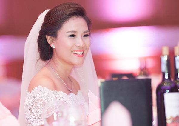 Vân Anh vẫn trung thành với cách trang điểm trong suốt và son môi hồng lãng mạn.