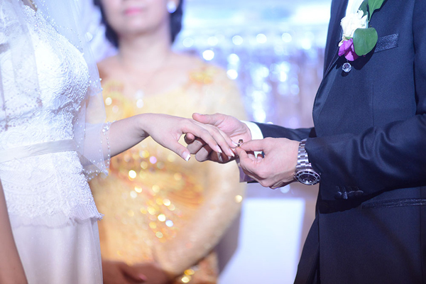 Cặp đôi tiến hành nghi lễ trao nhẫn cưới.