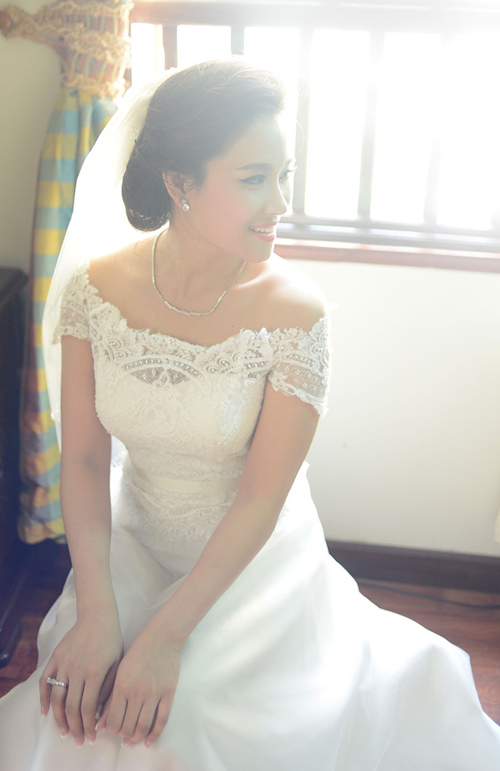 Váy cưới của Vân Anh có phần thân trên bằng vải ren, tạo kiểu như một chiếc áo crop top (áo lửng) mặc ngoài váy quây chiffon cúp ngực, vừa kín đáo lại rất sang trọng.