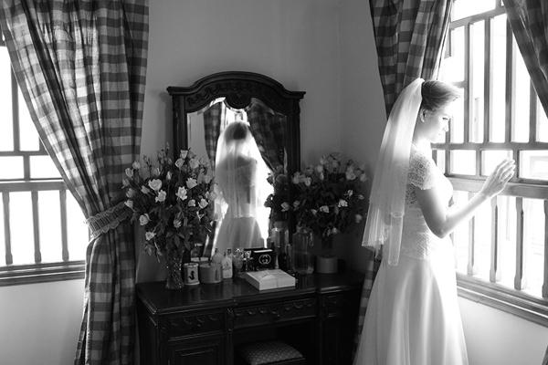 Kiểu khăn voan ngắn xếp tầng của Vân Anh cũng là gợi ý cho những cô dâu có vóc dáng nhỏ nhắn