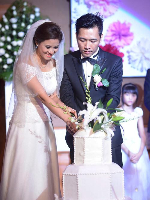 Bánh cưới của đôi uyên ương được trang trí khá đơn giản.