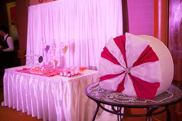 Tại sảnh đón tiếp, đôi uyên ương đặt một bàn tiệc nhỏ với những món