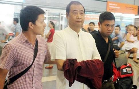Ông Nguyễn Hữu Khai (giữa) được di lý đến sân bay Nội Bài vào trưa 16/6. Ảnh: CAND