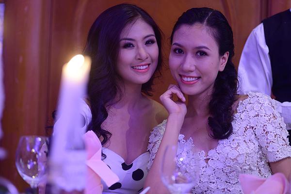 Người đẹp có dịp hội ngộ với chân dài Phước Hạnh trong tiệc cưới. Cả hai đã có nhiều năm hoạt động chung trong một công ty người mẫu.