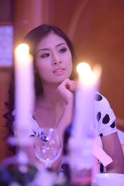Hoa hậu Việt Nam 2010 Ngọc Hân dịu dàng trong bộ đầm chấm bi đen - trắng tơ