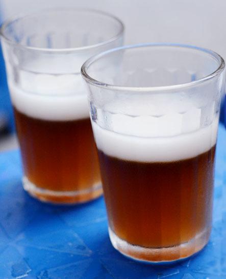 Thạch rau câu có màu nâu cánh gián, đựng trong cốc thủy tinh giản dị,