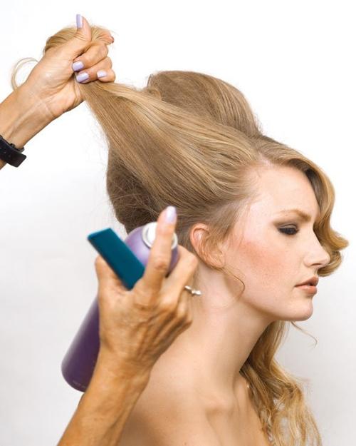 Thực tiện tương tự, cô dâu xịt gôm vào lọn tóc bên tai