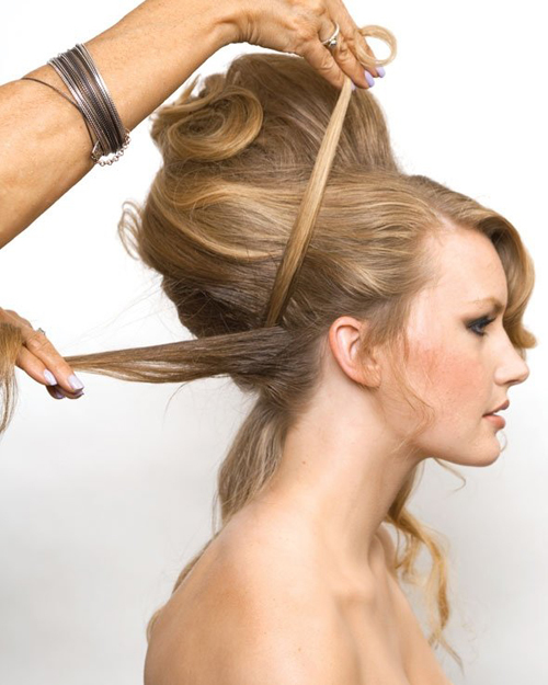 Dùng một lọn tóc vắt ngang để tạo cảm giác như cô dâu cài băng đô.