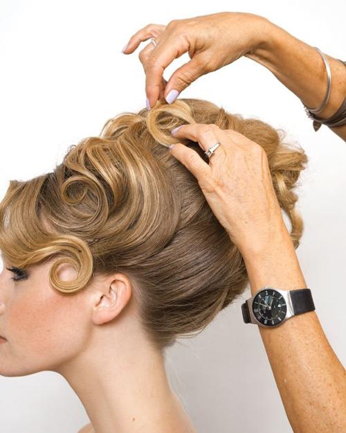 Sau hoàn tất các bước, cần sắp xếp lại các lọn tóc, tóc mái cho đẹp mắt và xịt gôm một lần nữa.