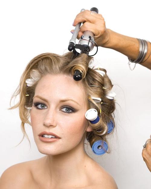 Riêng phần tóc mái cần uốn xoăn sóng nhỏ và rõ nếp hơn nên dùng máy uốn xoăn giả để thực hiện.