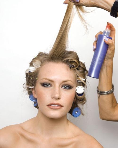 Trước khi uốn, cô dâu nên dùng gel xịt dưỡng để hạn chế tác động của nhiệt có thể làm khô tóc.