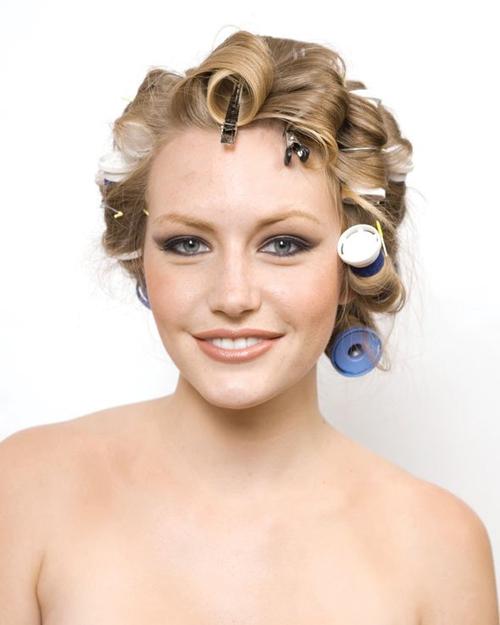 Với trục uốn nhiệt, cô dâu cần chờ khoảng 25-30 phút cho lọn tóc lên sóng.