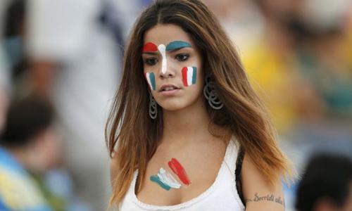 Dàn người đẹp Mexico phấn khích cổ vũ Chicharito và các đồng đội.