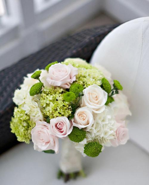 Khi cưới vào mùa hè, cô dâu đừng ngại ngần điểm chút 'xanh' vào bó hoa cưới.