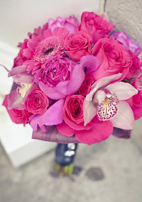 Hoa hồng đỏ được coi là nữ hoàng của các loài hoa và thích hợp cho đám cưới mùa thu đông sắp tới.