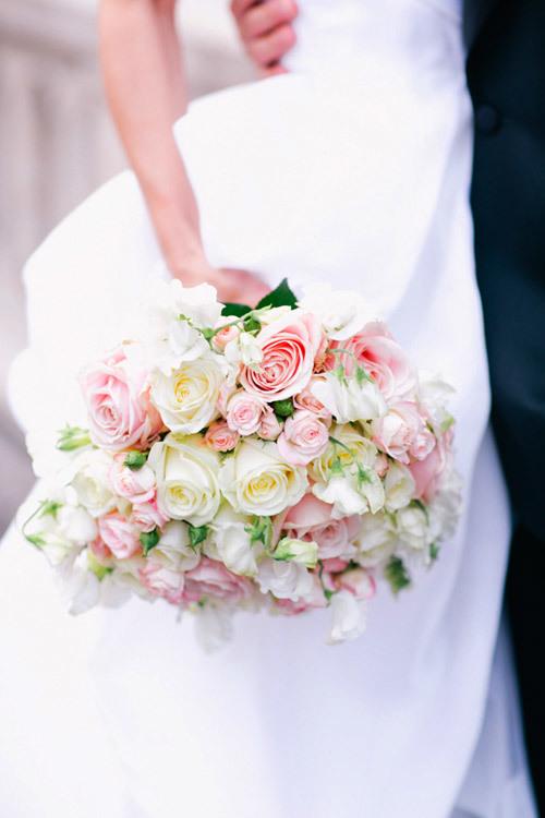 Bó hoa kết hợp giữa hoa màu trắng và màu hồng nhạt đáng yêu.