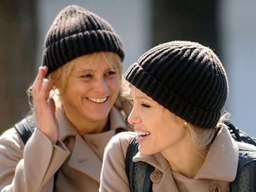 """Eunice Huthart (trái) và Angelina Jolie trong khi đóng phim """"Salt""""."""