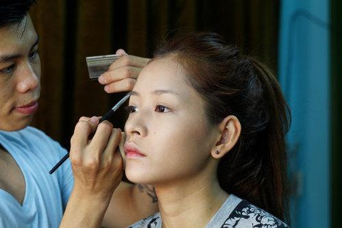 Chọn màu chì kẻ lông mày nâu đậm hoặc nâu đen, đánh thành đường mỏng và mờ, đi theo lớp lông mày sẵn có để gương mặt không quá cứng.