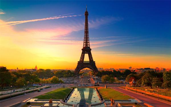 Paris thu hút rất đông khách du lịch nhờ sự lãng mạn và cổ kính. Ảnh: anderson-tours
