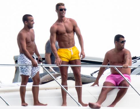 C. Ronaldo đang tận hưởng kỳ nghỉ hè ở vùng biển Miami, Mỹ cùng bạn bè thân thiết. Siêu sao người Bồ Đào Nha thuê hẳn một du thuyền sang trọng để vui chơi cùng bạn bè.
