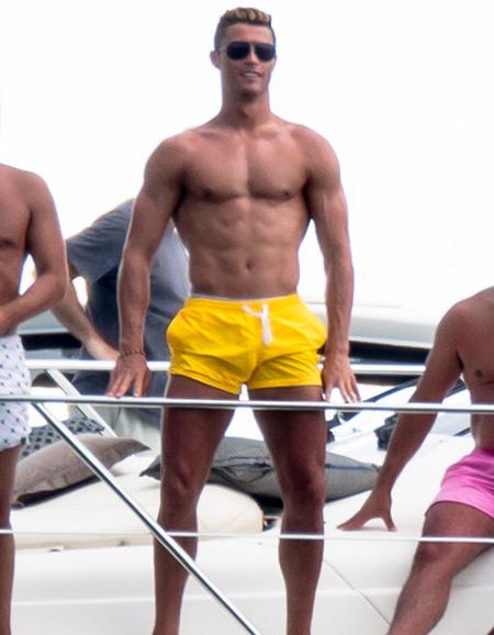 Ronaldo khoe thân hình, rắn rỏi, cơ bắp như lực sĩ thể hình.