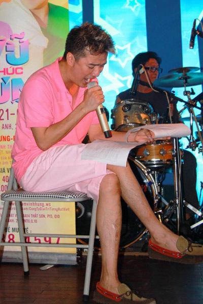 Chiều 19/6, Đàm Vĩnh Hưng có buổi tập liveshow 'Vũ khúc Hưng' tại phòng trà Không Tên, TP HCM. Nam ca sĩ gây chú ý bởi bộ trang phục màu hồng tươi tắn.