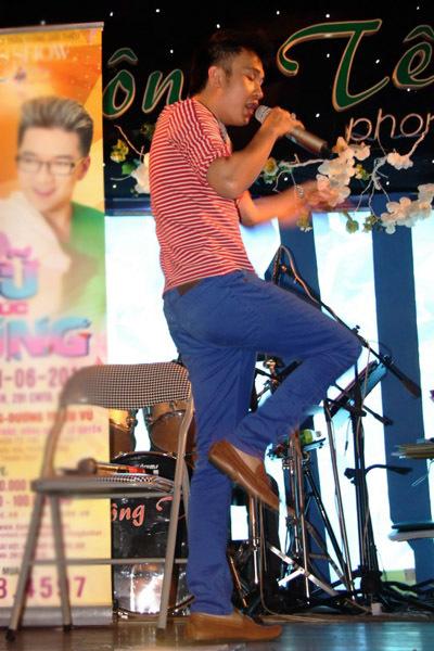 Trong chương trình, Dương Triệu Vũ đảm nhận vai trò khá 'nặng ký' khi phải hát, nhảy với lượng bài hát lớn.