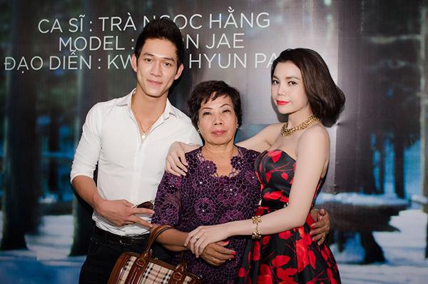 Mẹ Trà Ngọc Hằng từ Cà Mau cũng bay ra Hà Nội chúc mừng con gái ra mắt single thứ 3 từ khi bước vào con đường ca hát. Nhạc sĩ trẻ Song Luân, tác giả ca khúc