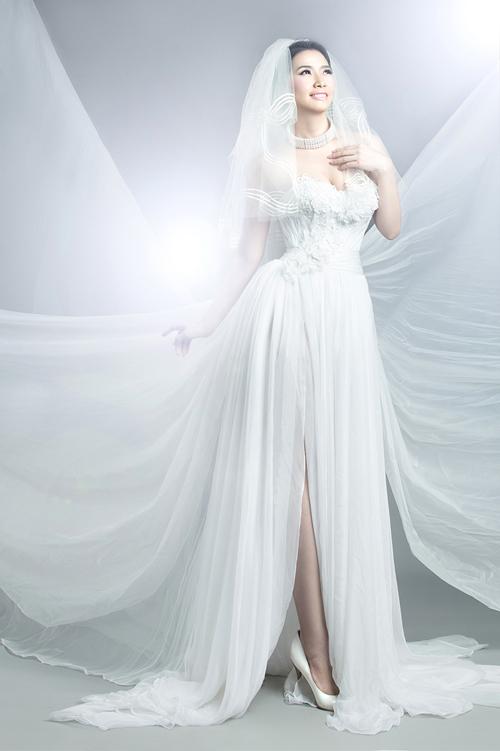 Chiếc váy cưới dáng dạ hội này phù hợp với những cô dâu thích sự trẻ trung, phóng khoáng.