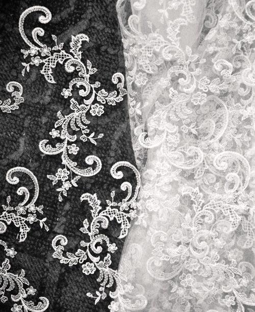 Hoặc cắt bông từ mảnh vải ren khổ to , sau đó đính vào váy