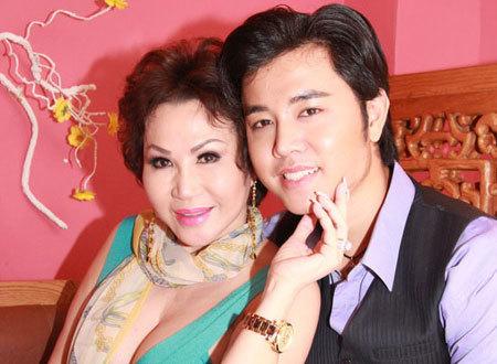 Người mẫu Hoàng Việt hạnh phúc bên 'máy bay' U50.