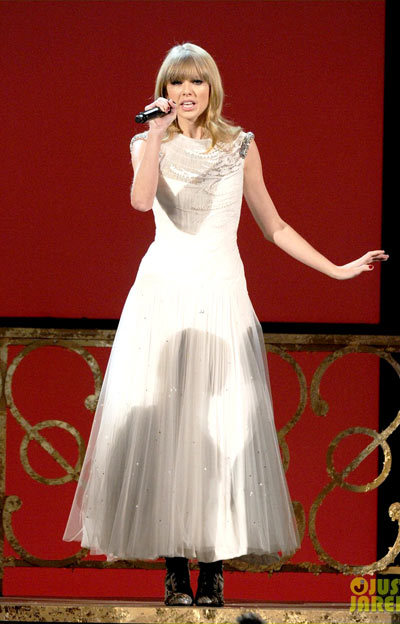 Taylor Swift I Knew You Were Trouble at AMAs.