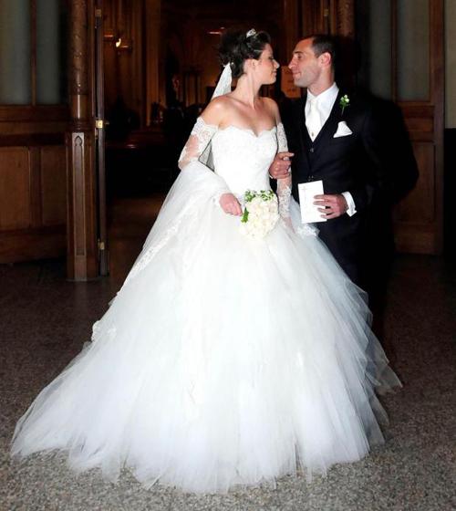 Chú rể Zabaleta hạnh phúc xúng xính bước bên người bạn đời xinh đẹp lỗng lẫy trong bộ đầm trắng.