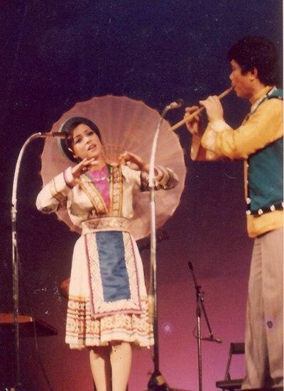 Ái Vân (trái) diễn cùng nghệ sĩ Đinh Thìn tại Nhật Bản năm 1979.