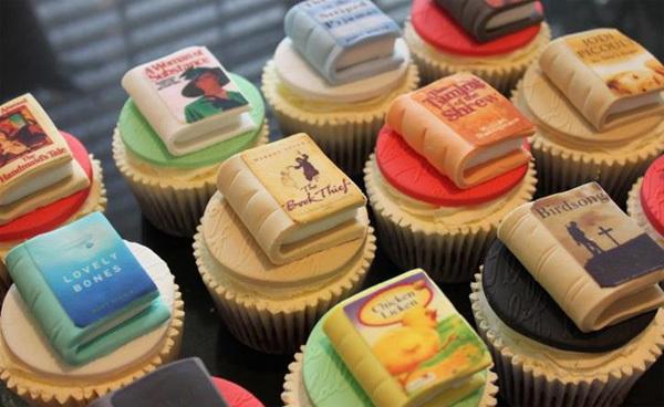 Cupcake với những quyển sách tý hon.