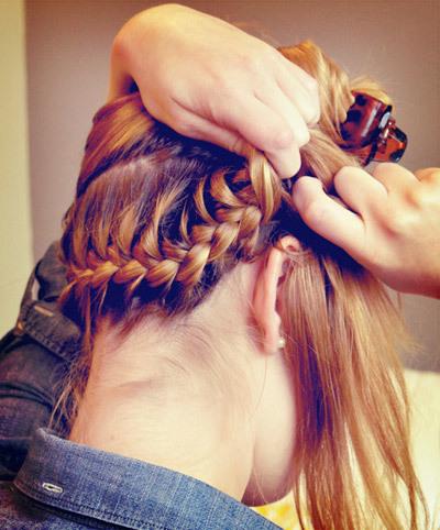 Bạn tiếp tục tết tóc kiểu Pháp lượn ra sau gáy và tết tới gần tai bên kia theo hình chữ U và sau đó cố định tóc bằng kẹp ghim. Bạn nên chú ý tết hết phần tóc sau gáy và không để thừa.