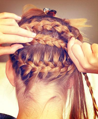 Sau đó, bạn kéo phần tóc được tết thường ngược trở lại và dùng ghim cố định trên đầu. Lưu ý là bạn có thể đặt tóc  chồng chéo một chút để tạo nét độc đáo.