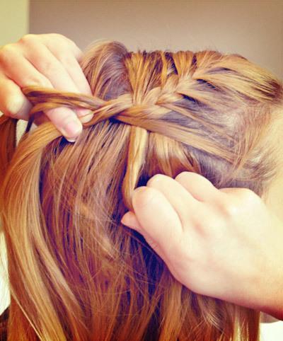 Tiếp theo, bạn thực hiện lại bước tết tóc kiểu Pháp ban đầu: lấy phần tóc còn lại ở bên kia đầu và tết dần cho tới khi gặp phần tóc đã được ghim cố định trên đầu thì chuyển sang kiểu tết bình thường cho tới hết độ dài tóc.