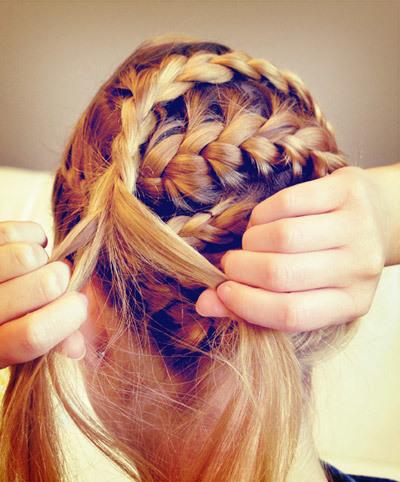 Sau khi tết xong phần tóc còn lại, bạn tiếp tục kéo ngược tóc về phía đối diện và dùng ghim cố định phần tóc đặt ngược trên đầu.