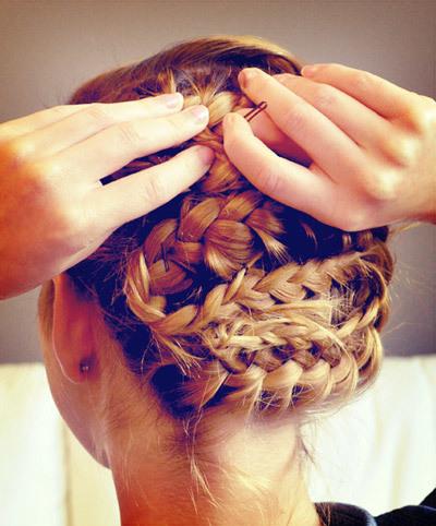 Bạn tiếp tục đặt tóc chồng chéo lên nhau cho tới khi hết độ dài tóc. Phần đuôi tóc thừa bạn có thể che khéo léo bằng cách giấu vào trong phần tóc đã được tết. Ngoài ra, sau khi ghim tóc xong bạn có thể kéo tóc lỏng chút để tạo nét mềm mại và thoáng cho mái tóc.