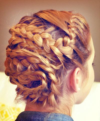 Sau cùng bạn dùng keo xịt để giữ kiểu tóc được lâu hơn. Và bây giờ bạn đã sở hữu mái tóc vô cùng năng động và độc đáo rồi nhé !